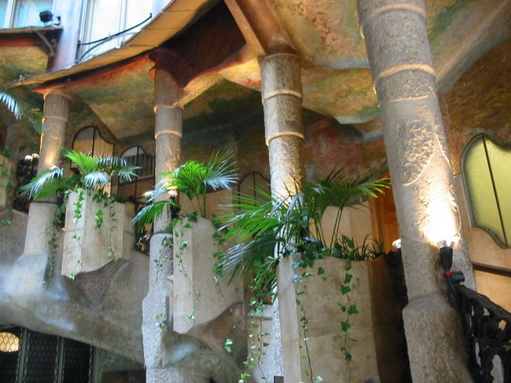 Gaudi_Casa_Mila_interior_hallway_2